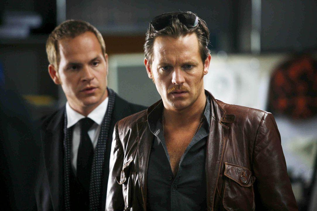 Bis den beiden Kommissaren das Mordmotiv klar wird, hat sich Tristan (Marc Ben Puch, l.) von seinem Cousin ausnehmen lassen und sein Lieblingspaar S... - Bildquelle: Erika Hauri SAT.1