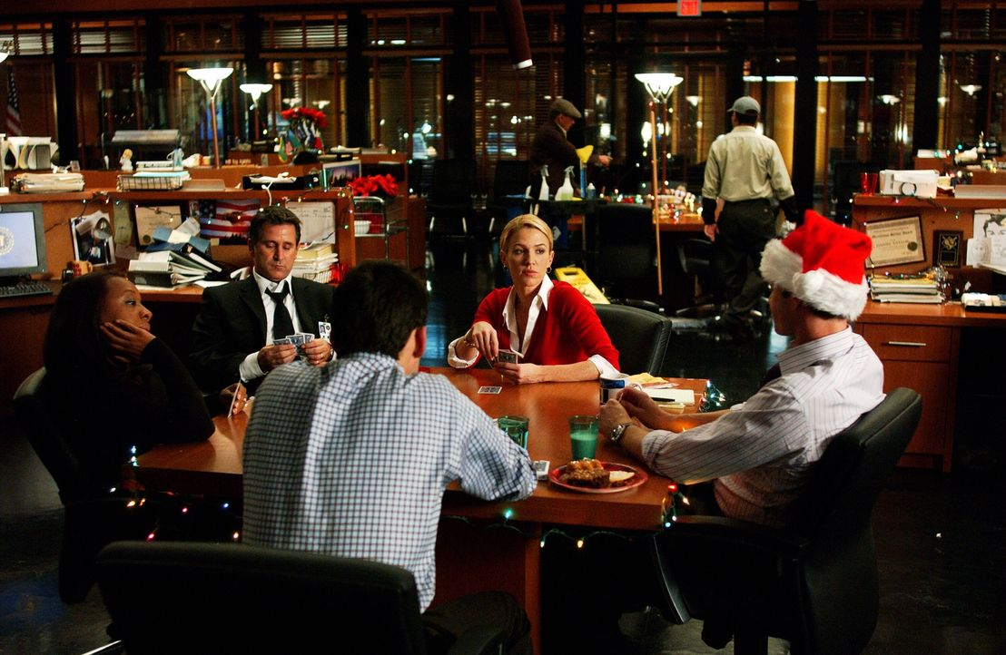 Weihnachten im Büro: Vivian (Marianne Jean-Baptiste, l.), Jack (Anthony LaPaglia, 2.v.l.), Samantha (Poppy Montgomery, 2.v.r.), Danny (Enrique Murci... - Bildquelle: Warner Bros. Entertainment Inc.