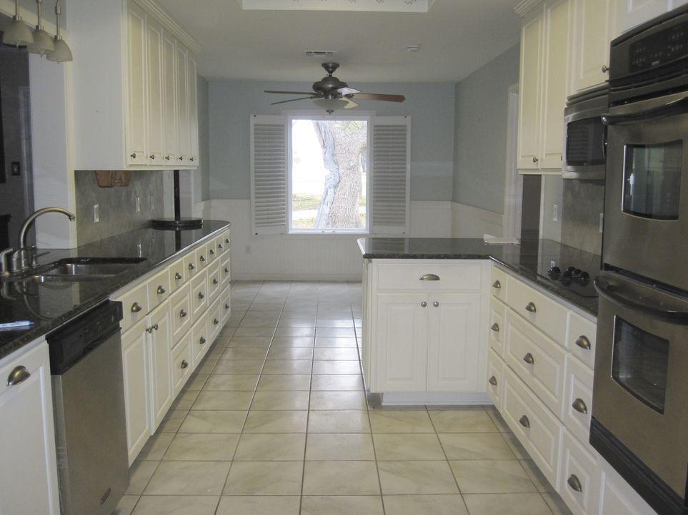 Eine einladende Küche sieht anders aus. Mit einigen kleinen Handgriffen verwandeln Chip und Joanna Gaines denn Kochbereich in eine gemütliche Wohnkü... - Bildquelle: 2014, HGTV/ Scripps Networks, LLC.  All Rights Reserved.