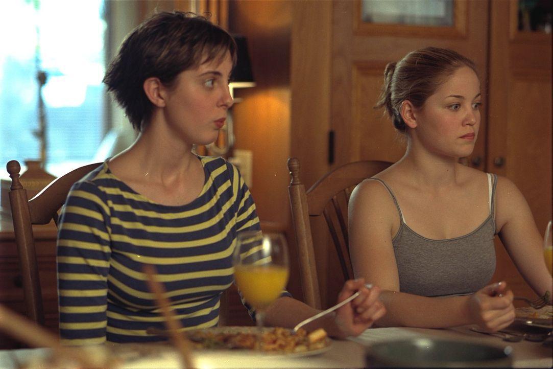 Sind total überrascht, als sie von der Vergangenheit ihrer Mutter erfahren: Ginger (Eva Amurri, l.) und Hannah (Erika Christensen, r.) ... - Bildquelle: 2002 Twentieth Century Fox Film Corporation. All rights reserved.
