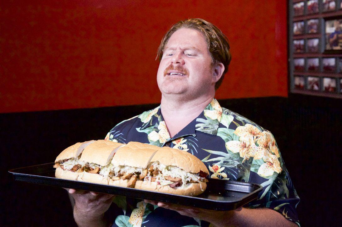 """In Pittsburgh erwartet Casey mit der """"Stuffaluffagus Challenge"""" eine ganz besondere Herausforderung: ein 5 Pfund schweres, mit Fleisch, Pommes Frite... - Bildquelle: 2017, The Travel Channel, LLC. All Rights Reserved."""