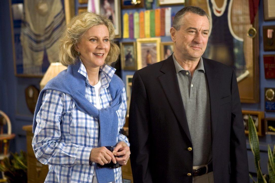 Die konservativen Byrnes (v.l.n.r.: Blythe Danner, Robert De Niro) treffen endlich auf die Eltern von Greg, der ihre Tochter Pam heiraten möchte. Gr... - Bildquelle: DreamWorks SKG
