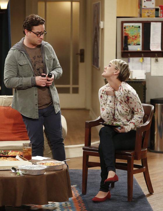 Leonard (Johnny Galecki, l.) ist überhaupt nicht begeistert darüber, dass Penny (Kaley Cuoco, r.) und Sheldon gemeinsam an einem Experiment teilnehm... - Bildquelle: Warner Bros. Television
