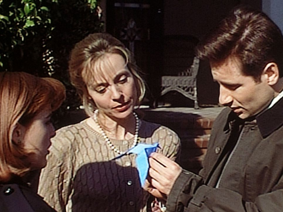 Mulder (David Duchovny, r.) und Scully (Gillian Anderson, l.) staunen, dass die Tochter von Judy Bishop (Dey Young, M.) die japanische Kunst des Pap... - Bildquelle: TM +   2000 Twentieth Century Fox Film Corporation. All Rights Reserved.