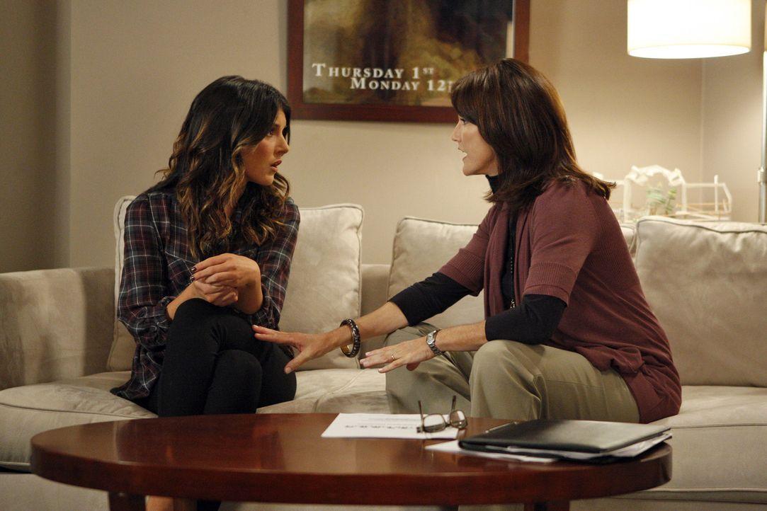 Katherine (Lisa Waltz, r.) hat ein ganz besonderes Anliegen, doch wird ihr Annie (Shenae Grimes, l.) den außergewöhnlichen Wunsch erfüllen? - Bildquelle: TM &   CBS Studios Inc. All Rights Reserved