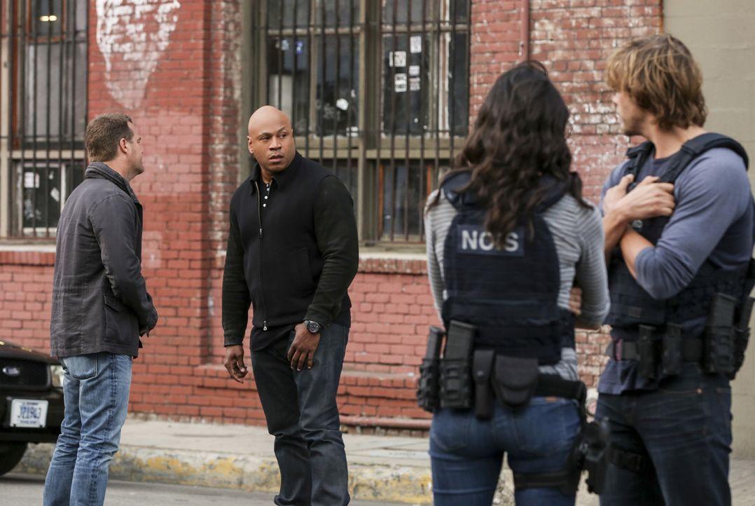 Im Alleingang beschließt Sam (LL Cool J, 2.v.l.) seine entführte Ehefrau zu suchen. Eine Entscheidung, die seine Kollegen G. (Chris O'Donnell, l.),... - Bildquelle: 2017 CBS Broadcasting, Inc. All Rights Reserved