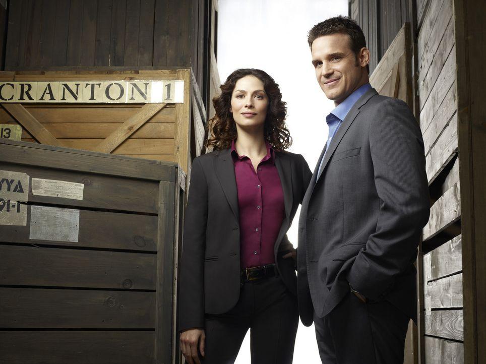 (1. Staffel) - Die Agenten Myka Bering (Joanne Kelly, l.) und Pete Lattimer (Eddie McClintock, r.) könnten unterschiedlicher kaum sein. Wird es ihne... - Bildquelle: Justin Stephens SCI FI Channel