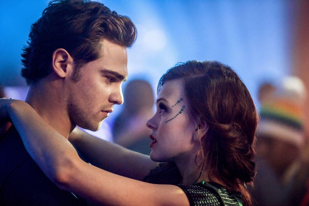 Der Winterball steht an. Wird Emery (Aimée Teegarden, r.) nach der Trennung von Roman mit Grayson (Grey Damon, l.) dorthin gehen? - Bildquelle: 2014 The CW Network, LLC. All rights reserved.