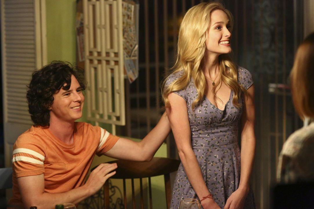 Wie wird Axls (Charlie McDermott, l.) Familie auf seine Freundin April (Greer Grammer, r.) und ihr besonderes Persönlichkeitsmerkmal reagieren? - Bildquelle: Warner Bros.