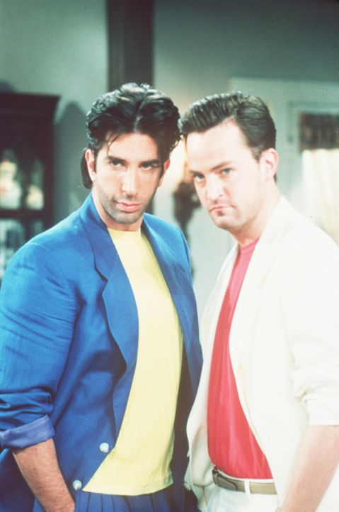Vor vielen Jahren: Die Machos Ross (David Schwimmer, l.) und Chandler (Matthew Perry, r.). - Bildquelle: TM+  2000 WARNER BROS.