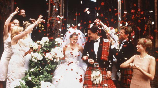 Der große Schritt ist getan: Umjubelt von ihren Hochzeitsgästen, treten Charl...