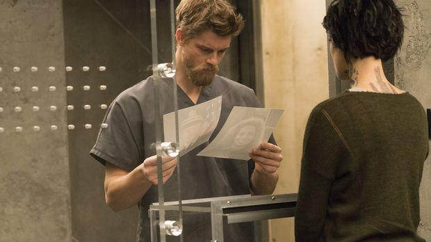 Kurt Weller und dem Team fällt es schwer, Roman (Luke Mitchell, l.) zu vertra...