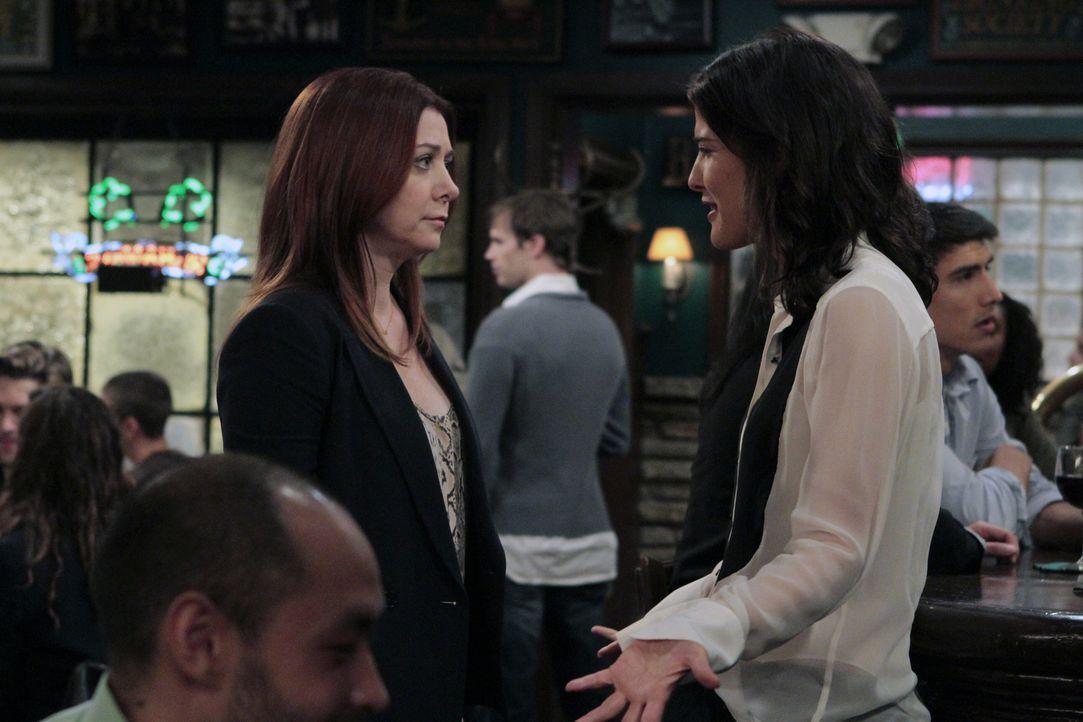 Lily (Alyson Hannigan, l.) versucht alles, um Robin (Cobie Smulders, r.) von ihrem Vorhaben, Barney zurückzugewinnen, abzuhalten. Doch wird es ihr g... - Bildquelle: 2012-2013 Twentieth Century Fox Film Corporation. All rights reserved.