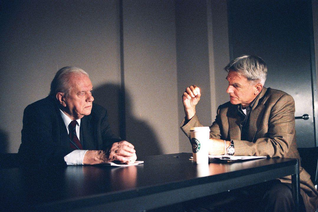 Beim NCIS taucht ein alter Mann (Charles Durning, l.) auf, der behauptet, seinen besten Freund mit einer 45er Magnum umgebracht zu haben. Gibbs (Mar... - Bildquelle: CBS Television