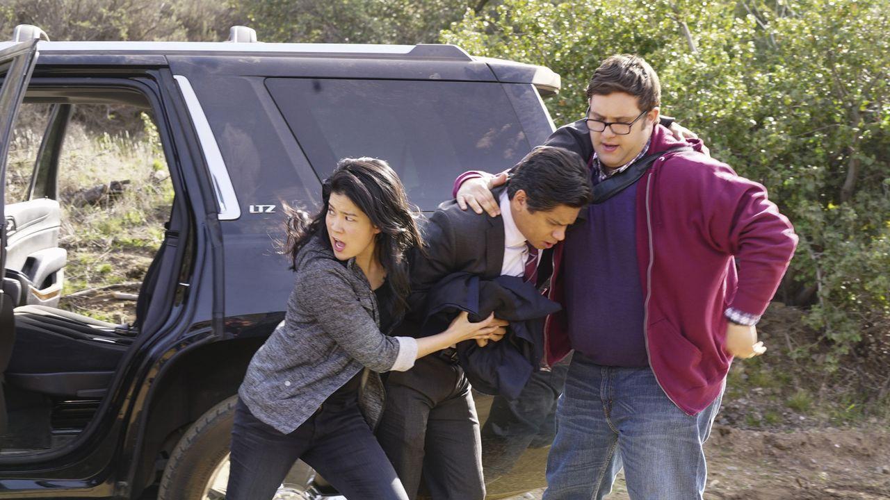 Eigentlich müsste sich Happy (Jadyn Wong, l.) voll und ganz auf ihren neuesten Fall konzentrieren, bei dem DEA Agent Sanchez (Jorge-Luis Pallo, M.)... - Bildquelle: Monty Brinton 2015 CBS Broadcasting, Inc. All Rights Reserved.