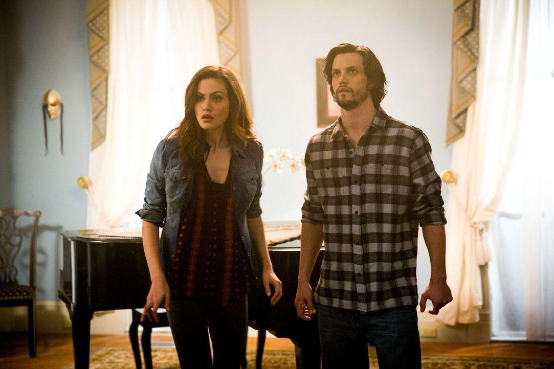 Hayley (Phoebe Tonkin, l.) plant eine Party zum Vollmond, um endlich ihre Familie treffen zu können. Jackson (Nathan Parsons, r.) eröffnet Hayley sc... - Bildquelle: Warner Bros. Television