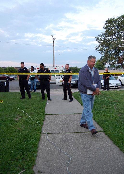 Die Detectives sind auf der Jagd nach dem Mobiltelefon des Opfers, denn dies kann sich nur in der Hand des Mörders befinden - oder doch nicht? - Bildquelle: A&E Television Networks