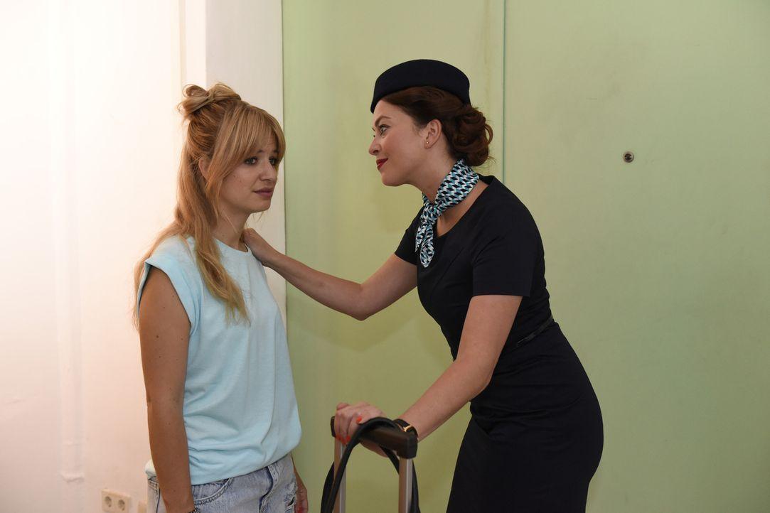 Als gute Freundin steht Sally (Laura Osswald, r.) Mila (Susan Sideropoulos, l.) mit Rat und Tat zur Seite ... - Bildquelle: Christoph Assmann SAT.1