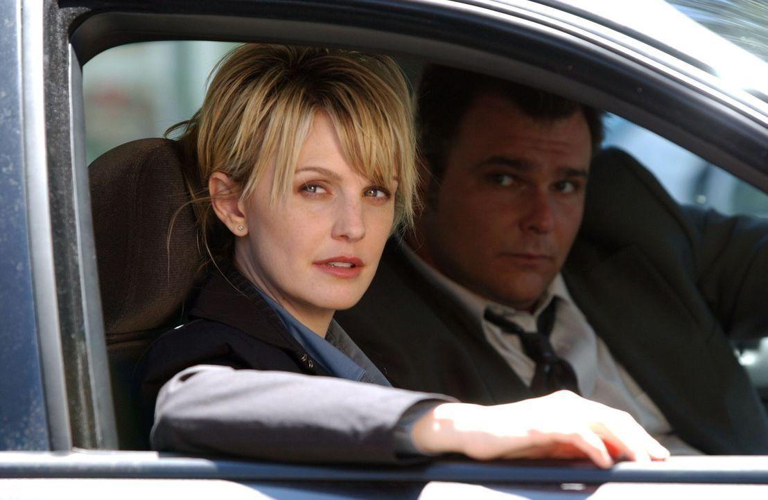 Im Laufe ihrer Ermittlungen stoßen Lilly (Kathryn Morris, l.) und Ronnie Vera (Jeremy Ratchford, r.) auf einen neuen Verdächtigen. - Bildquelle: Warner Bros. Television