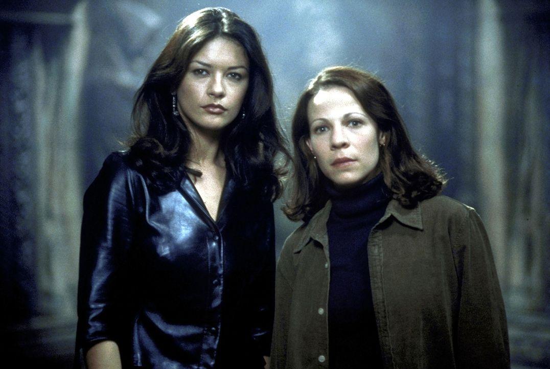 Parapsychologin Nell  (Lili Taylor, r.) und Theodora (Catherine Zeta - Jones, l.) verbringen eine Nacht in dem berühmten Geisterhaus Hill House ... - Bildquelle: TM &  1999 Dreamworks L.L.C. All Rights Reserved