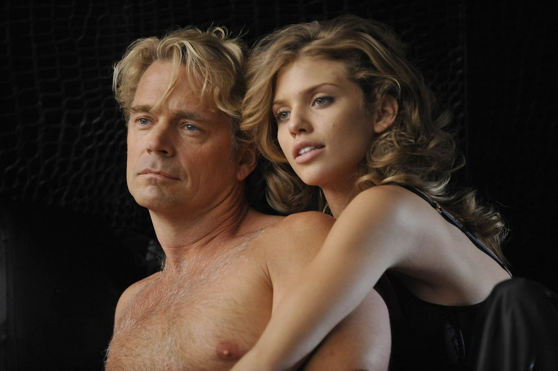 Kimber kann nicht glauben, dass Ram (John Schneider, l.) sie raus wirft, da er nun mit Eden (AnnaLynne McCord, r.) zusammen sein will ... - Bildquelle: Warner Bros. Entertainment Inc. All Rights Reserved.