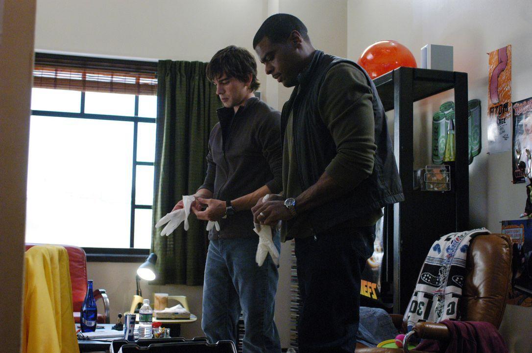 Auf der Suche nach Hinweisen zu einem außergewöhnlichen medizinischen Fall: Dr. Miles McCabe (Christopher Gorham, l.) und Frank Powell (Troy Winbu... - Bildquelle: CBS Television