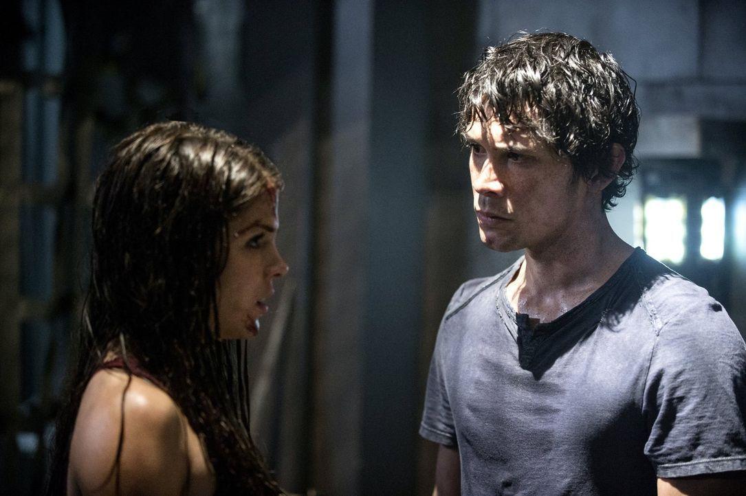 Während Octavia (Marie Avgeropoulos, l.) in dem Gefangenen ihren Retter sieht, ist er für Bellamy (Bob Morley, r.) lediglich eine Informationsquelle... - Bildquelle: Warner Brothers