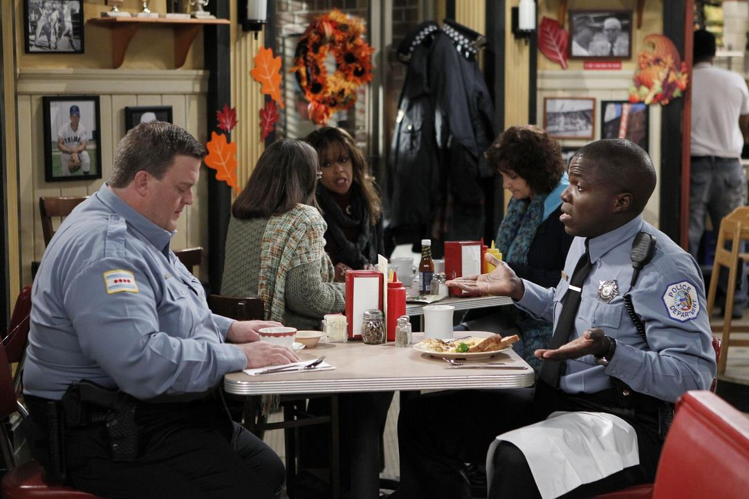 Das Thanksgiving-Fest naht und Mike (Billy Gardell, l.) ist auf Diät - zumindest offiziell, denn heimlich macht er mit Carl (Reno Wilson, r.) einen... - Bildquelle: Warner Brothers