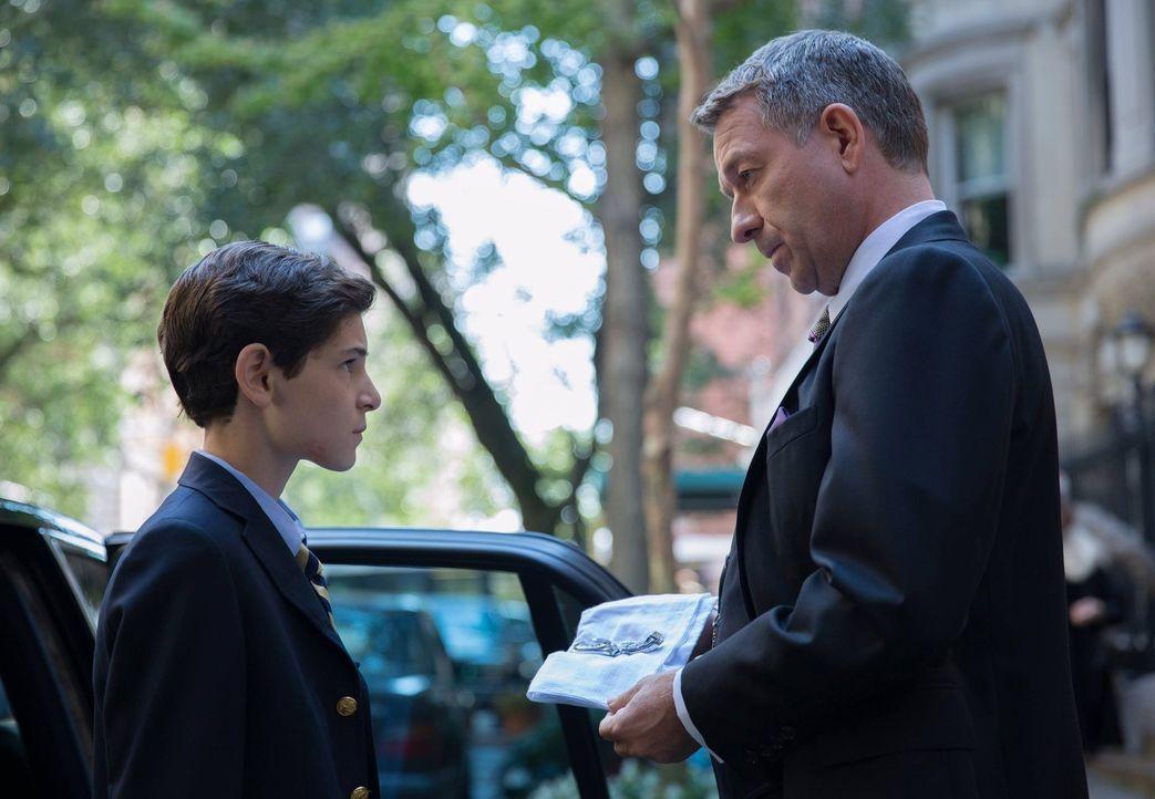Nach dem Tod seiner Eltern geht Bruce (David Mazouz, l.) erstmals wieder zur Schule und wird von stärkeren Schülern tyrannisiert. Darum will er mit... - Bildquelle: Warner Bros. Entertainment, Inc.