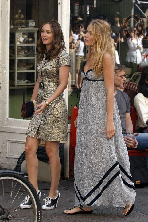Serena (Blake Lively, r.) sorgt sich um die Beziehung ihrer Freundin Blair (Leighton Meester, l.). Doch macht sie die Rolle als wütende betrogene Fr... - Bildquelle: Warner Brothers