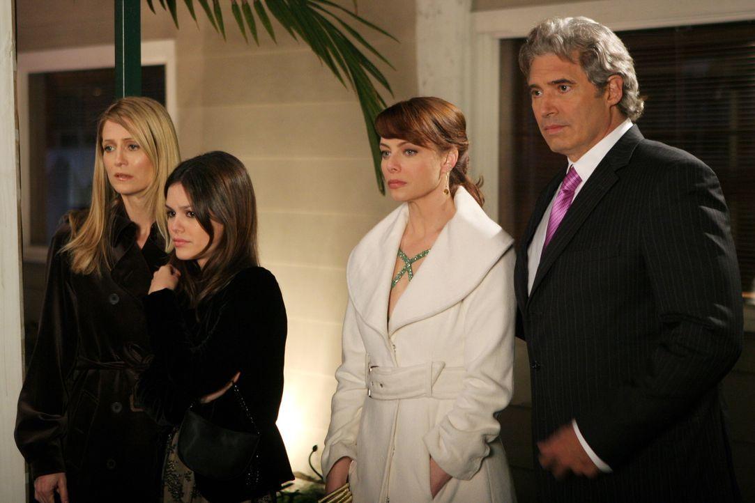 """Sandy ist vom Riviera Magazin zum """"Mann des Jahres"""" gewählt worden. Der Grund: Das Krankenhausprojekt. Gemeinsam mit Kirsten (Kelly Rowan, l.),... - Bildquelle: Warner Bros. Television"""