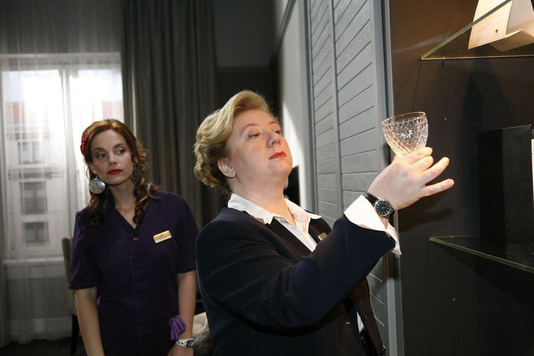 Manu (Marie Zielcke, l.) bekommt eine zweite Chance von Paula (Regine Hentschel, r.) ... - Bildquelle: SAT.1