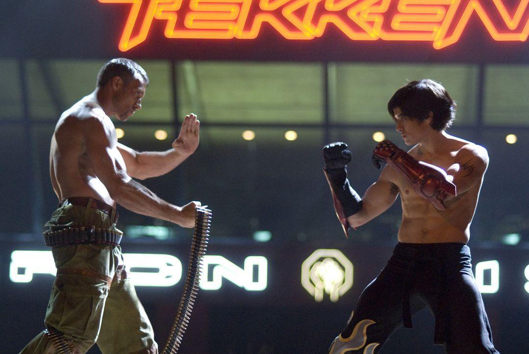 "Um den Tod seiner Mutter zu rächen, muss der Junge Jin (Jon Foo, r.) das ""Iron Fist"" Kampfturnier gewinnen. Doch dazu muss er es schaffen, den eisk... - Bildquelle: 2010 CST PRODUCTIONS, LLC   ALL RIGHTS RESERVED"