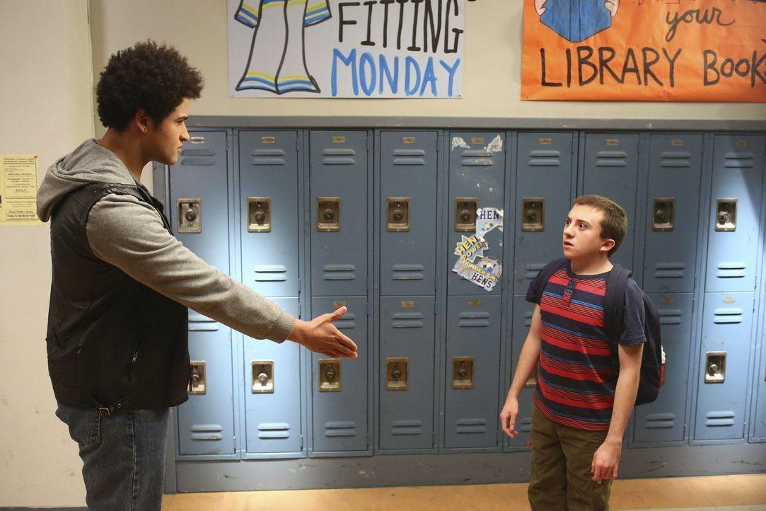 Brick (Atticus Shaffer, r.) wird immer wieder von Dylan (Chasen Banks, l.) gemobbt, bis Cindy sich der Sache annimmt ... - Bildquelle: Warner Bros.