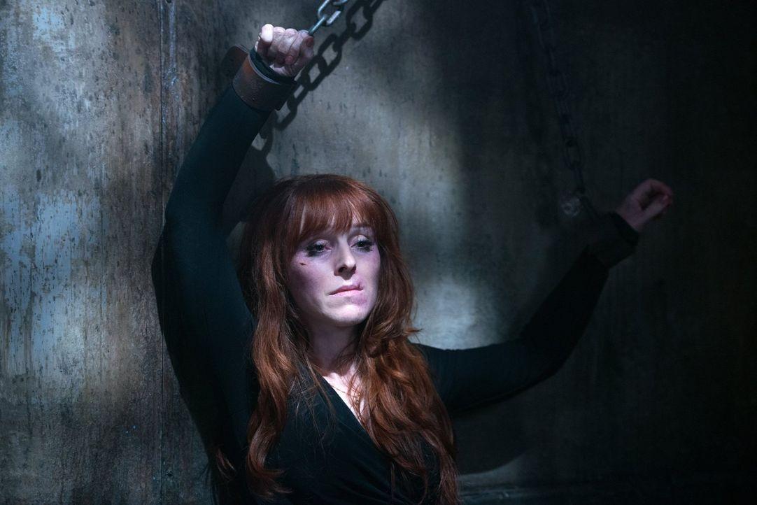 Rowena (Ruth Connell) gibt ihr Bestes, um dem Kerker zu entkommen, aber wird sich Crowley wirklich von ihr einwickeln lassen? - Bildquelle: 2016 Warner Brothers