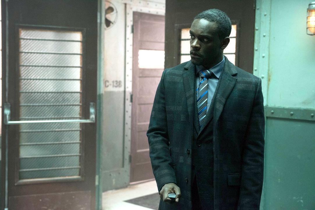 Gemeinsam mit Bruce und Gordon, versucht Lucius Fox (Chris Chalk) Selina aus Arkham zu befreien. Doch dies ist keine leichte Aufgabe ... - Bildquelle: Warner Brothers