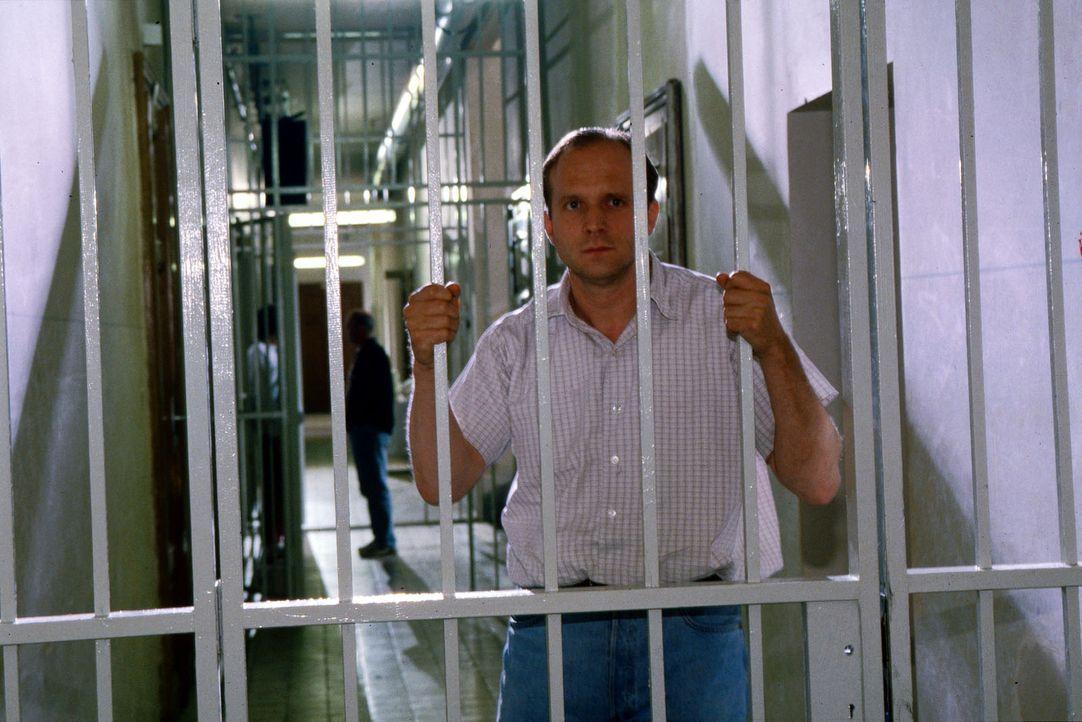 Kurt Hauff (Ulrich Tukur) - Insasse der geschlossenen Abteilung einer psychatrischen Klinik - schmiedet Fluchtpläne. - Bildquelle: Ali Schafler Sat.1