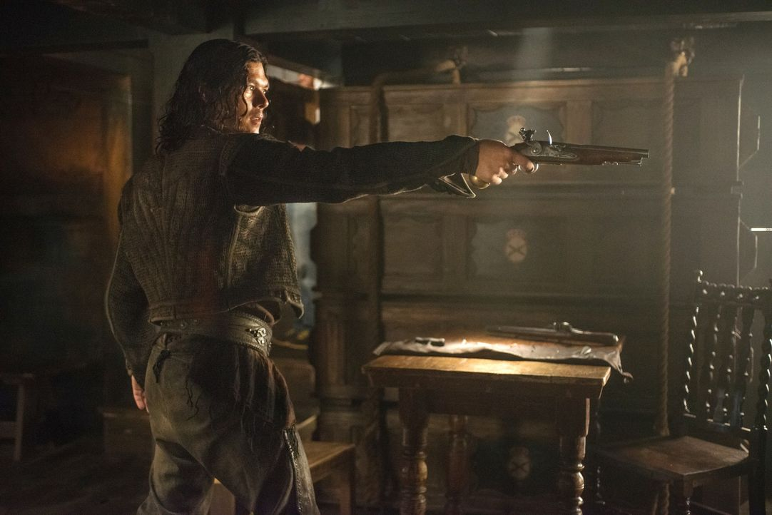 Nachdem ihr Plan schief läuft und die beiden von der Crew des Kriegsschiffes überwältigt werden, rettet John Silver (Luke Arnold) Flint das Leben, o... - Bildquelle: David Bloomer 2015 Starz Entertainment LLC, All rights reserved.