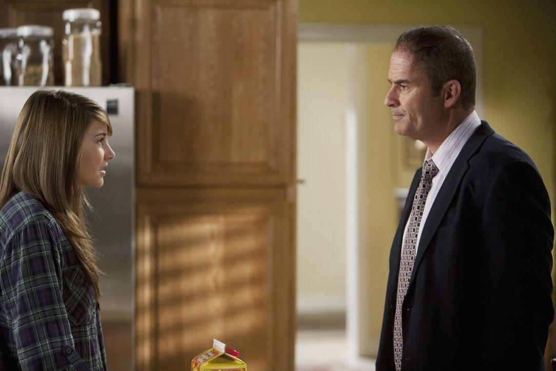 Amy (Shailene Woodley, l.) bleibt hartnäckig dabei, dass Ricky seinen Sohn an den Wochenenden nicht haben kann. Wird es George (Mark Derwin, r.) ge... - Bildquelle: Randy Holmes 2010 DISNEY ENTERPRISES, INC. All rights reserved.
