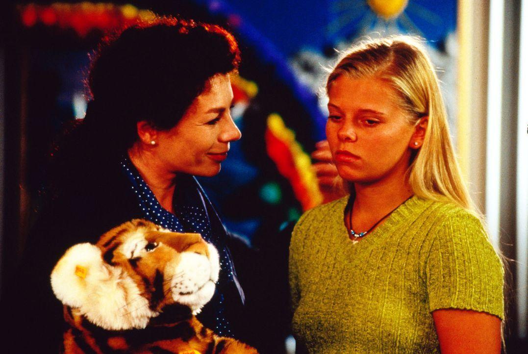 Auch bei ihrer Mutter Elke (Nina Hoger, l.) findet Natalie (Anne Sophie Briest, r.) nicht das Vertrauen, das sie nach ihrem langen Klinikaufenthalt... - Bildquelle: Sat.1