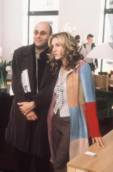 Unablässig bedrängt Stanford (Willie Garson, l.) seine liebste Freundin Carrie (Sarah Jessica Parker, r.), ihn auf eine Möbelauktion zu begleiten. G... - Bildquelle: Paramount Pictures