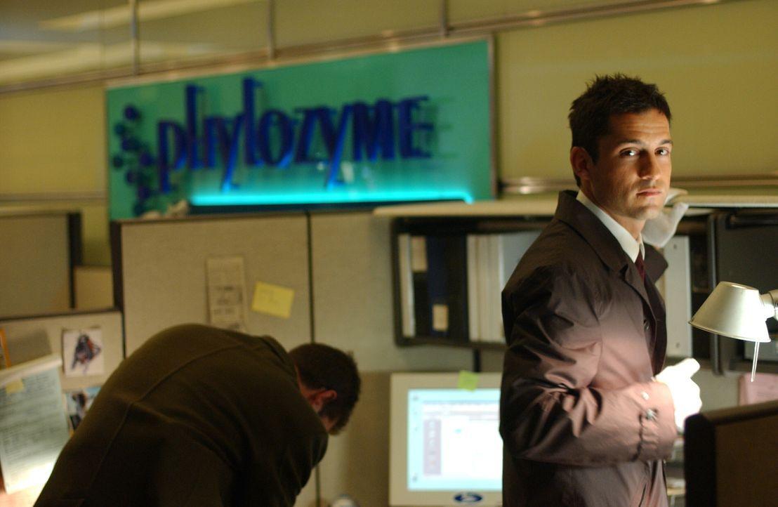 Ein Zwillingspaar sorgt für großes Durcheinander. Danny Taylor (Enrique Murciano, r.) und seine Kollegen tappen im Dunklen ... - Bildquelle: Warner Bros. Entertainment Inc.