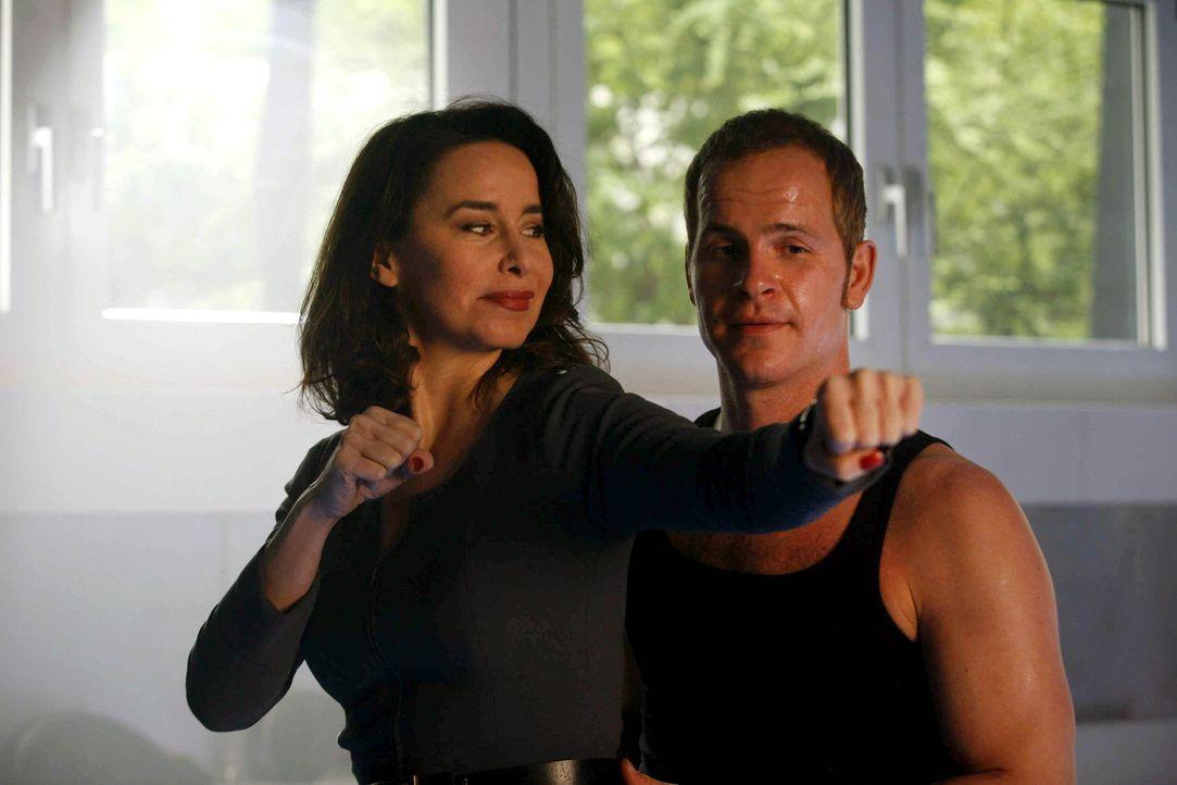 Kommen sich spielerisch näher: Sally (Katharina Müller-Elmau, l.) und Tristan (Marc Ben Puch, r.) ... - Bildquelle: Erika Hauri SAT.1