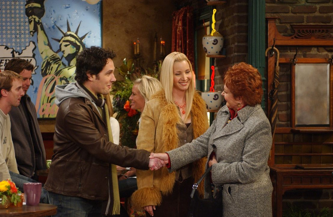 Während Ross eine Anstellung auf Lebenszeit bekommt, machen sich Phoebe (Lisa Kudrow, M.) und Mike (Paul Rudd, l.) Gedanken um ihren zukünftigen Nac... - Bildquelle: 2003 Warner Brothers International Television
