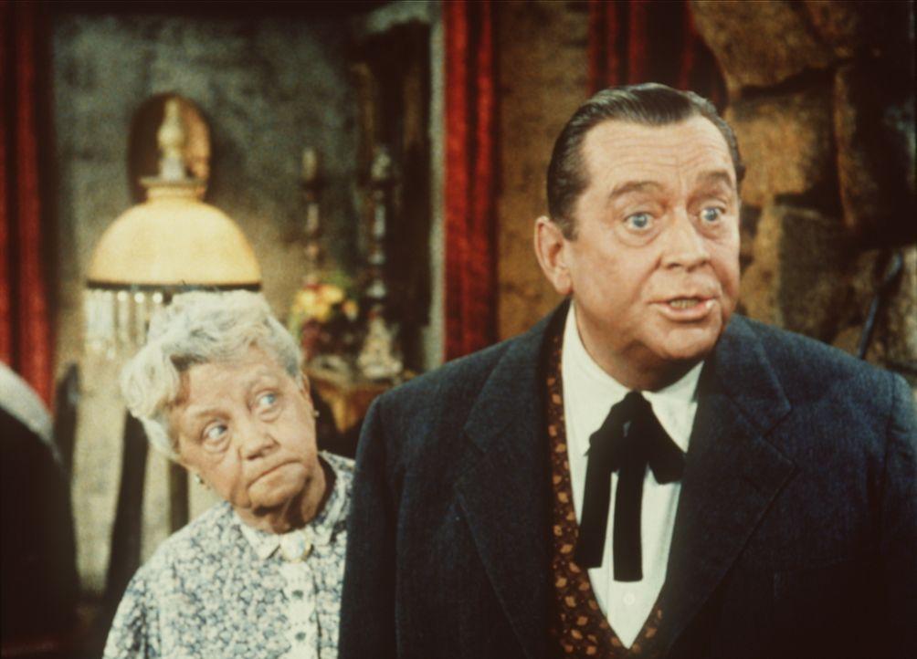 Nellie (Cherio Meredith, l.) hat sich von ihrem Sohn Danny (James Dunn, r.) weismachen lassen, dass ihm die Ponderosa gehört. - Bildquelle: Paramount Pictures