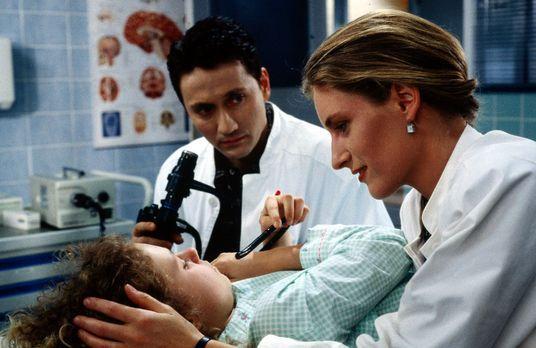 Die kleine Anne (Maria Thieme, liegend) wird mit Verdacht auf ein Magengeschw...