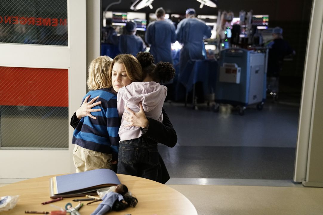 Meredith (Ellen Pompeo, M.) denkt während einer Operation an verschiedene Personen und Situationen in ihrem Leben zurück ... - Bildquelle: Michael Desmond 2016 American Broadcasting Companies, Inc. All rights reserved.