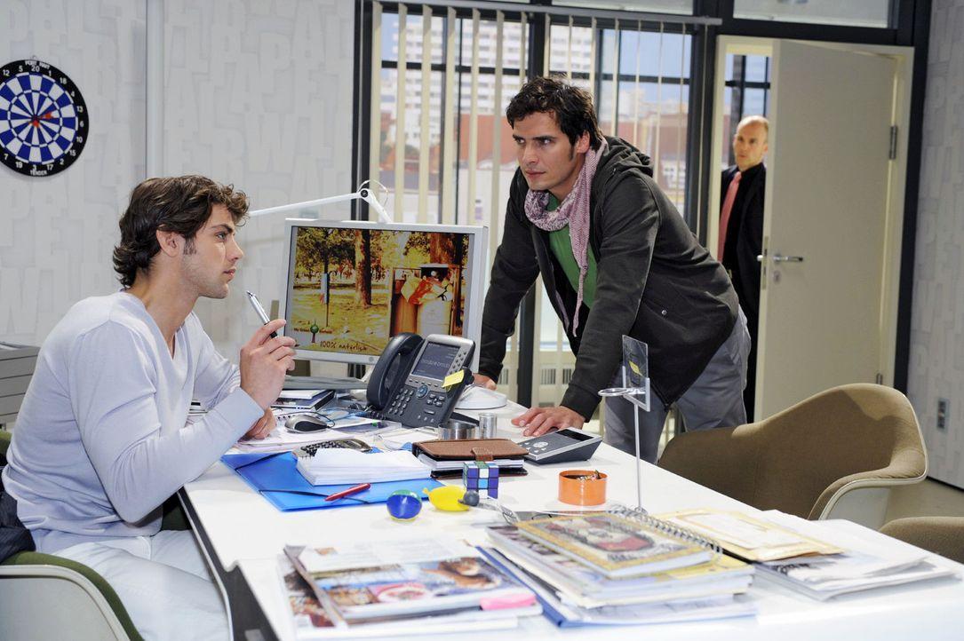 Gerrit (Lars Löllmann, r.) bekommt mit, dass Jonas (Roy Peter Link, l.) Alexander (Paul Grasshoff, M.) anbietet, in das Unternehmen miteinzusteigen. - Bildquelle: Sat.1