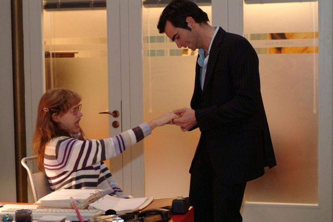 Der aufgebrachte David (Mathis Künzler, r.) versucht mit viel Kraft Lisa (Alexandra Neldel, l.) den Ring vom Finger zu ziehen. (Dieses Foto von Alex... - Bildquelle: Monika Schürle Sat.1