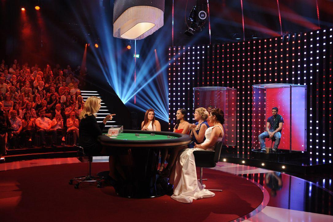 """In """"Mein Mann kann"""" zocken Kasia (2.v.l.), Sophia (3.v.l.), Steffi (4.v.l.) und Meral (2.v.r.) mit ihren Konkurrentinnen an einem Pokertisch um das... - Bildquelle: Willi Weber SAT.1"""